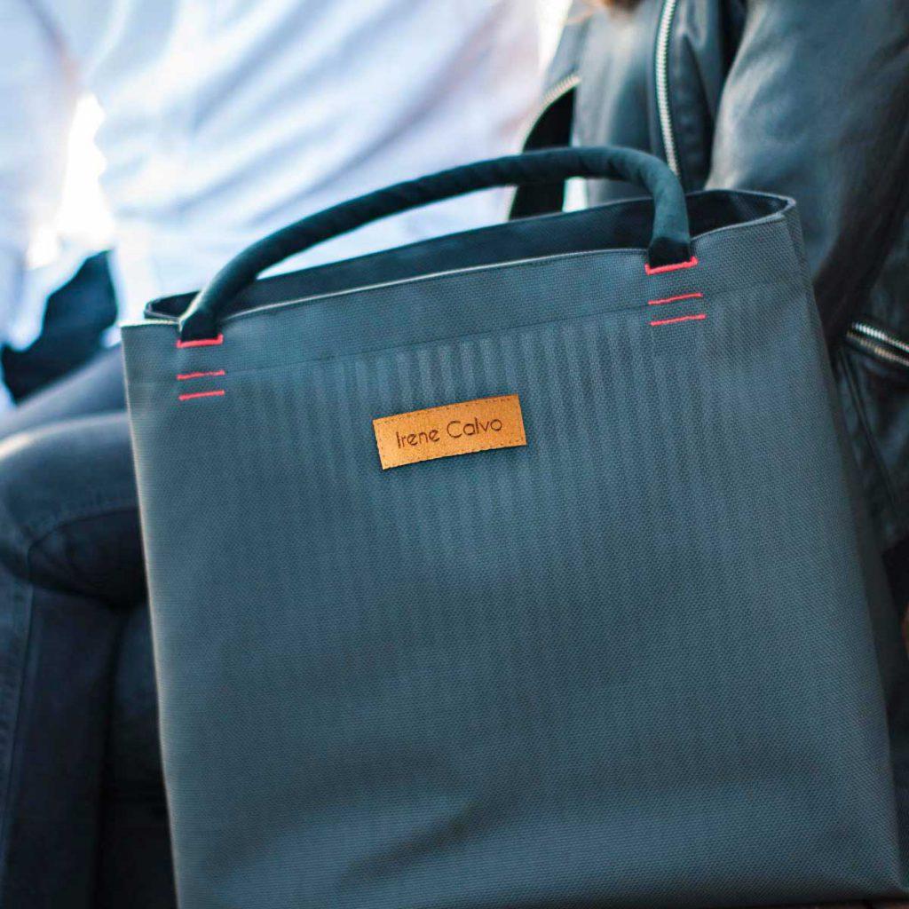 Sentados en el parque con un bolso de Irene Calvo